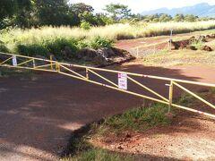 9:59 クカニロコの入口です。  昨年はなかったのですが、このような柵が設置されていました。