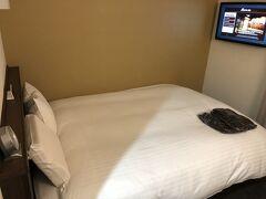 部屋は狭いけど壁掛けのテレビが便利。 4月とGWにお出掛けが控えているので、今回はコスパ重視!