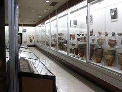 16時 井戸尻考古館 およそ5000~4000年前の縄文時代中期の遺跡。 住居跡からたくさんの土器が出土したため、近隣遺跡発掘のきっかけとなりました。  学芸員さんに見所を聞いてから中へ。 お客さんはわたし達を入れて三組でした。  時々撮影禁止の土器があるので要注意です。