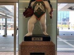 西口の出入口にあったポスト。 その上には金沢の伝統工芸の一つである 加賀人形をモチーフにした「郵太郎」人形がありました。  この郵太郎ですが、 調べてみたら1954年4月に国鉄金沢駅舎の落成を記念に設置された 陶器製の人形で、金沢出身の彫刻家・長谷川八十氏が製作した人形だそうです。 現在ではキャラクター化されているそうで、プロフィール欄で 「好きな所はポストの上」となっているみたいです。 可愛らしいですね(≧▽≦)