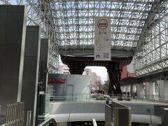 奥の方に見える鳥居のような門は 「鼓門(つづみもん」というものです。 能や素囃子などに使用される鼓の調べ緒を柱に 屋根を支える部分は和風建築にみられる組み物が 取り入れられているそうです。