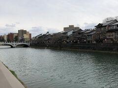 浅野川大橋と主計町(かずえまち)の様子。 こちらは加賀藩士・富田主計(とだかずえ)の 屋敷があったことに由来しているそうです。