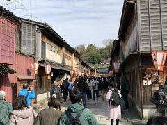 ひがし茶屋街に到着。 この風情ある街並みですが、 2001年に国の重要伝統的建造物群保存地域に選定されています。