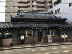 百万石通りを歩いていると町民文化館を発見! こちらは明治40年(1907年)に金沢貯蓄銀行(現在の北陸銀行)として 建てられた建物だそうです。 写真では見えないと思いますが、屋根に「貯」というマークがありました。