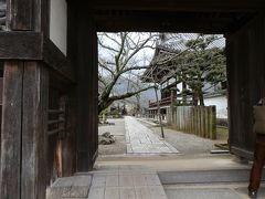橘寺の西門から覗いて見ました。