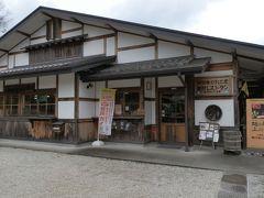 昼食は「農村レストラン 夢市茶屋」と決めていました。2階がレストランです。古代米や明日香村で採れた食材を使用した「古代米御膳」が人気です。