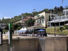 フェリーで約20分あまり、シドニー中心部の喧騒が嘘のようになくなり、閑静な港町ワトソンズベイに着きましたー。 船着場を出て左手すぐの白い建物が目指すシーフードレストラン【Doyles on the Beach Restaurant】でーす('ヮ' ) が、ここで残念なお知らせでーす! ランチのラストオーダーは15時までとのこと。この時点で15分ほど過ぎちゃってましたー。昨日のタロンガ動物園に続き、またやってしまいましたー!  わーん、せっかくここまで来たのにー! (;ヮ;) ディナータイムまで待てないですヨー。 でも、捨てる神あれば拾う神ありですー。