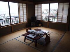 JR東海道本線に乗って約13分で真鶴に到着。 まいきゃっとまで徒歩10分ちょっと。途中のコンビニで飲み物を購入して向かいます。  14時少し前に着いたのですが、チェックインは15時~なので今日のお部屋に荷物を置いて、手を洗ってから併設の猫カフェに行きます。 今日のお部屋は2階の202号室。2面が窓になっていて海が見えます。開放感のある明るいお部屋です!