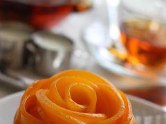 悩みに悩んで、ケーキはマンゴーにしました♪  だって、薔薇の形が素敵だったんですもの☆