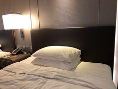 ホテルのエントランスをとり忘れたので、いきなり部屋の写真です。 マカオ市内をお昼過ぎに出て、なんだかんだでホテルのチェックインは16時近くになりました。 エントランスは広くはないですが、ゴージャスな感じで立派なホテル。 エレベーターで部屋のある階に上がる際は、ルーム―キーがないとエレベーターが動きません。  本日の部屋はダブルベッド2つのツインルーム。 家族4人には十分の広さです。  このホテルは、MTR旺角東(モンコックイースト)とMOKOというショッピングセンターとつながっています。