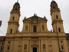 この教会は皇妃アデレートが、待望の皇太子マックス・エマヌエル(のちのマクシミリアン2世エマヌエル)の誕生を祝って建てたものだそうです。  皇妃アデレートがイタリア出身だったので、イタリアのアゴスチーノ・バレリを選任。  1663年から1690年にかけて建設されました。 彼はローマにあるサンタ・アンドレア・デッラ・ヴァッレ教会をモデルにしたそうです。   1690年にスイス出身で、ミュンヘン最盛期バロック建築の代表ともいえるエンリコ・ツカリが、大きなドームと二つの塔を増設しました。