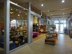 1階にはセラミックプラザという陶磁器の売店とレストランがある。