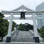 三脚の入った重たいスーツケースをホテルに預かってもらい、移動。 道路から堂々たる日枝神社の鳥居を発見。