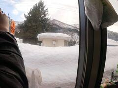 15時19分。瀬見温泉。  ホームの雪がすごい。