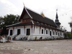 ワットタートルアンに来ました。 マンタトゥーラート王時代の建立されたといわれる寺院です。 本堂と二つの仏塔からなっています。  本堂は他のルアンパバーンのお寺とちょと違って壁が白くシンプルです。