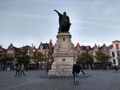 金曜広場に着きました。 ここでは金曜日の朝と土曜日の午後に、12世紀から続く市場が開かれるんだそうです。
