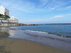 この日はまあまあ暑くて日差しもあり海で泳げるほどーー。 海水浴は終ってますが、2、3人は泳いでました。