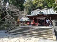 まあそれでもお昼から伊豆山神社にお参り。 駐車場もありますが結構道が狭いところあります。 階段をずーーっと降りていくと走り湯のほうに行かれますが、 このおなかPPの状態では無理です。  桜がキレイに咲いていてメジロがいっぱいきてました。 ここにも若い人が多いですね。  このあと初島にいこうかと思ってましたが船の時間が合わず、おなかppに加え 寒気までして熱っぽくなってきて断念。買物してそっこうマンションに帰り布団に入りダウン!しかし夜8時過ぎ夕飯の頃だいぶ復活。翌朝はおなかも治りホッと一安心~。  保養所は広くて豪華な作りでとってもいいのだけれど食事の用意からかたずけ、掃除、備品のチェック、ごみだしなど細かい事を全部やらなくてはいけないので結論めんどくさいなあと!(最低でも2泊しないとねえ) 今回2泊して神社いっただけでおわってしまい残念、次回は電車でやっすーい 伊東園ホテルズあたりで素泊まりで狙ってみます。