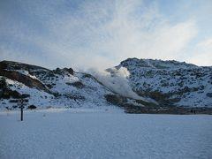 1日目の観光スポット2箇所目、阿寒国立公園硫黄山川湯。  硫黄山に近づくと、車窓からも立ち上がる湯気が遠目に確認出来るほど。