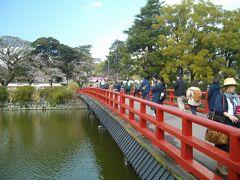 久しぶりに小田原に来たので、駅から10分くらいの小田原城を散歩。駅から歩いて行くと、お堀に架かる赤い学橋が見えてくる。正門は更に向こうだが、とりあえずこの橋を渡って二の丸へ。