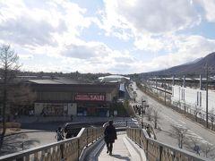 旧軽井沢から歩いて20分ぐらいで軽井沢駅に到着。 駅の反対側にある、アウトレットへ行ってみることにしました!