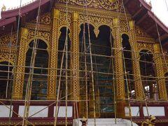 宿への帰り道にある寺院を見物しながら戻ります。 ワットマノーロム(修復中)