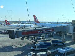 ほぼ定刻どおりイスタンブール・アタテュルク空港に到着。  ここに着いたのは約7年振り。  でも今回は乗り継ぎだけで外には出られません。  この空港、4月から移転するんだってね。