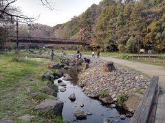 川はいよいよ細くなって、跨げるくらいに。夏は子供のいい遊び場だ。