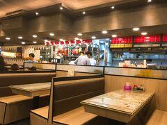 よるごはん 昼間歩いてる時に発見したお店へ 中環の龍記飯店に行ったことあるけど 上環の駅すぐそばにも支店できてたのね ここは燒味専門店というより燒味もある茶餐廳 日本でいったらファミレスって感じ