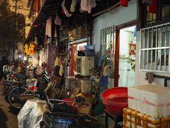 ディープな下町「南市」。軒先の洗濯物やほうき、開けっ放しの玄関から垣間見える上海の生活。家族がテーブルを囲んでご飯をたべていたり、おばあちゃんが料理していたり、おじさんたちがマージャンに講じていたり。そんな街並みが再開発によってなくなり、味気のない高層ビルに生まれ変わりつつある。