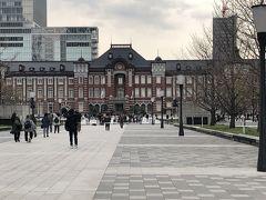 皇居の桜は二重橋からの方が近いのですが、今日は丸ビルに用事があり、大手町から… 東京駅ですねぇ