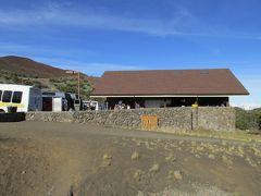 マウナケア山中腹の標高2800m、オニヅカビジターセンターで休憩です。 マウナケア山に登るツアーは高度順応のため、ここで1時間ほど休憩をします。