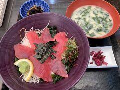 すっかり遅くなったランチです。  マグロ丼定食、夫は海鮮丼定食、14時も過ぎていたけど混んでいて40分くらい待ちました。
