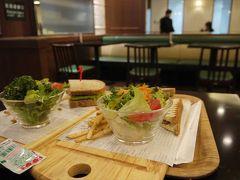 という事で、最近成田の朝ご飯の定番となりつつある「RB」へ。 去年の12月もここに立ち寄ってました。  その昔は日本を出る前に和食食べとかなきゃ!っていう意識が強かったですが、最近はどこでも和食食べられるし、そんな気持ちは起きませんね。。  という事で、ホットサンドとローストビーフのサンドイッチで朝ご飯。