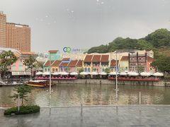 TWGから一度ホテルに戻り、1時間ほどの休憩を挟んでMRTベイフロント駅で待ち合わせです。 しかーーーし、しかし、雨がポツリポツリと落ち始め、遠くでは雷がゴロゴロ… シンガポールに来て初めての雨です。  姪と電話で相談、展望台で大雨になっても嫌やし、と急きょ待ち合わせ場所をMRTクラークキー駅に変更。  母娘×2が合流した時には、バケツの水をひっくり返したようなスコール。しばらく、駅直結のショッピングセンター「セントラル」でブラブラ。 姪はサングラス、姉は財布をゲット。私と娘は何も買わず…