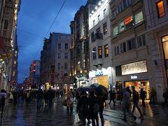 ●イスティクラール通り  イスタンブールきっての繁華街。 イスティクラール通り。 新市街地の目抜き通りです。