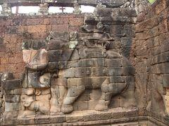 象のレリーフ
