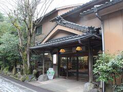 ってことで、早々と本日のお宿海潮荘にやってきました。 松江市内から1時間程で到着! 宿の玄関は渋い造りでなんだか歴史を感じるじゃない(^O^)/
