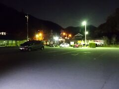 すっかり暗くなってしまった道の駅に到着すると、  小さな車の中に閉じこもって、