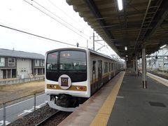 終点の日光に向かう「いろは」をお見送り。前面のデザインはよくある通勤電車っぽいです。