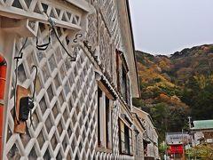 松崎になまこ壁が残されているのは、松崎港近くのエリア。 町営駐車場(3時間まで無料)に車を停め、ナマコ壁の残る町並みを散策する。  観光案内所があるのは、近藤邸(写真)と呼ばれる美しいなまこ壁のある邸宅だ。