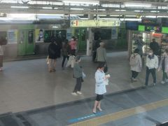 東京駅 窓の外は京浜東北山手線ホーム。