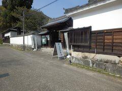 吉川史料館 写真の門はで明館付属屋長屋門は岩国藩主が建造、今日は吉川史料館の正門として利用されています、史料館には吉川家の美術工芸品などが収蔵されている
