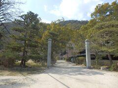 吉香神社 岩国藩主(現在の山口県岩国市)であった吉川(きっかわ)家の祖霊を祭る神社、元藩主を偲び地元の後世の人が神社を創建した同様な神社はよく見かけます(例、姫路城内にある姫路神社)吉香神社は南側から鳥居、神門、拝殿、本殿と一直線に並んで建てられていた。敷地の関係なのかわからないがきれいに並ぶ建てかたは珍しいです、祖霊を祀る神社なので神門に吉香家の家紋があしらわれていたのも初めて拝見しました