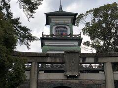 朝食を終えた後、ひとまずホテルに戻りチェックアウト。 荷物を預けて観光に出発! まず最初に向かったのは「尾山神社」です。 「神社なのか?」って思うくらい西洋式の建物ですね。 空にのびるのは避雷針だそうで、 現存するもので日本最古のものだそうです。