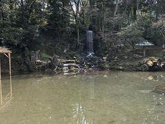 お腹も少し満たされた所で兼六園へ。 こちらは「瓢池(ひさごいけ)」という 瓢箪の形をしている池です。 奥には翠滝があり、こちらの滝は1774年(安永3年)に 作られたものだそうです。
