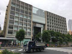 近くには慶應義塾大学の三田キャンパスがあります。 南側にある正門付近は近代的な造り。