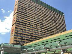 次の目的地はあの建物です。ピープルズ・パーク・コンプレックス。横から見るととても薄いですね。こんな建物日本にはないですよね。前回初めてシンガポールに来たときすごく気になったビルなのですが、後で調べたらここもショッピングセンターだということでこれを見るためにチャイナタウンに来たのです。