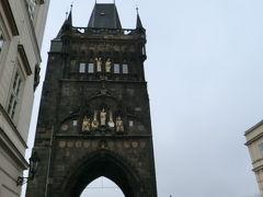 カレル橋のふもとにある塔。これも黒い。カレル橋同様、ペトル・パルレーシュ作。1400年完成。
