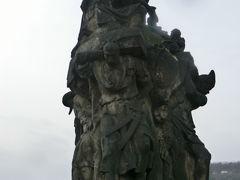 カレル橋。 聖フランシスコ・ザビエル像。 旧市街から見て左側5体目。彼が布教活動した東洋の人が支えている。